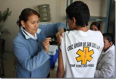 Aplican vacuna H1N1 a rescatistas (4)