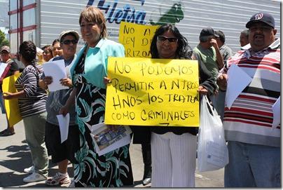 Petra Santos y manifestantes contra la SB1070 en línea de cruce internacional (6)